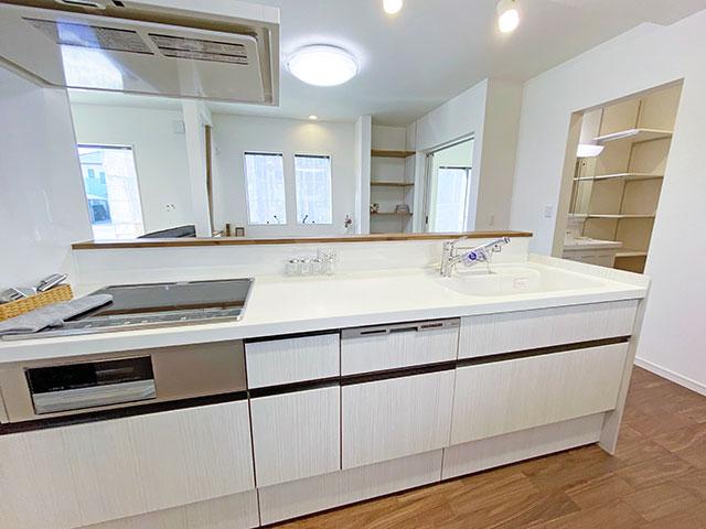 キッチン<br> リビングでくつろぐ家族の様子をキッチンから見守ることができます。