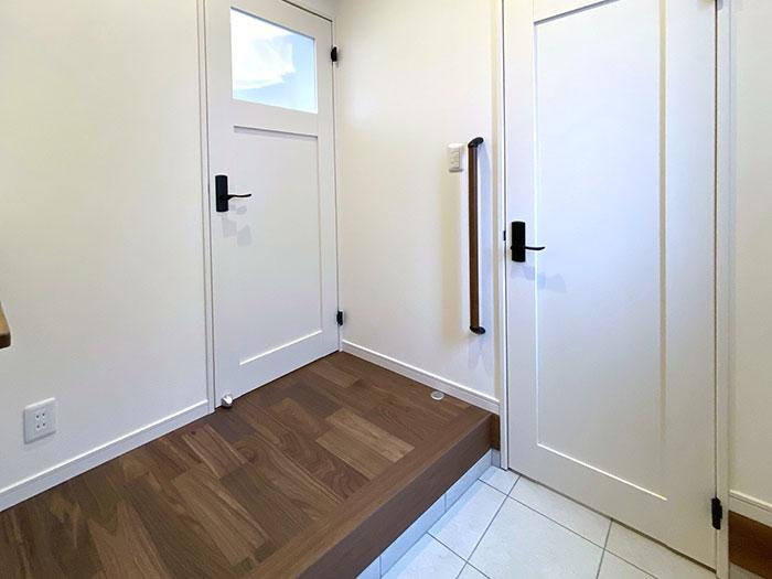 エントランス<br> 扉を2方向設置し、行き止まりの無い構造になっています。