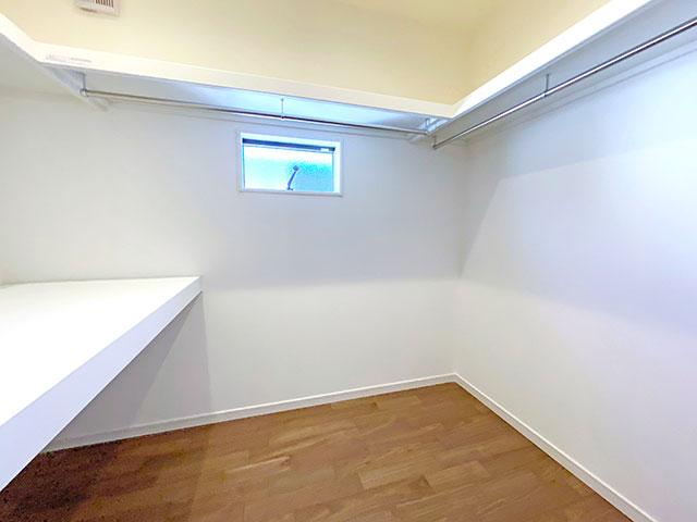 ウォークインクローゼット<br> ご夫婦で使える大容量の収納スペースを設けました。