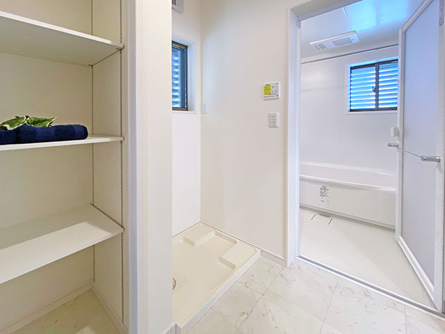 ランドリー<br> バスタオルや洗剤等を収納できる棚をご用意しました。