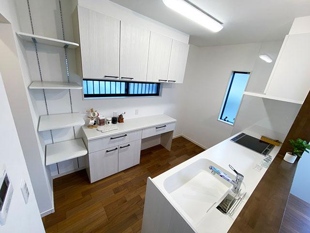 キッチン<br> ホワイトを基調とした清潔感のあるキッチンを採用。