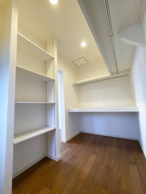 ウォークインクローゼット<br> 扉がないので通気性が良く、家族のお布団も収納できます。