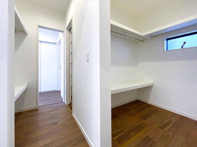 ファミリークローゼット<br> 1階にはご家族で使える大きな収納スペースがございます。