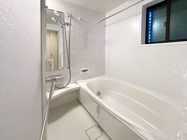 バスルーム<br> 浴室乾燥機付きで雨の日でもラクラクお洗濯♪