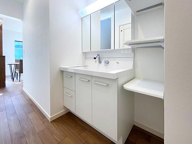 スタイリングエリア<br> 独立した洗面台なので家族が入浴中でも気兼ねなく使うことができます。