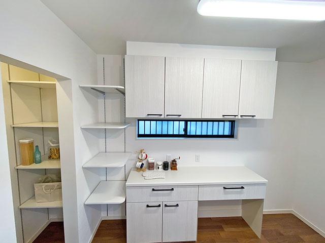 パントリー<br> キッチンの横に食品をストックできるパントリーを配置。