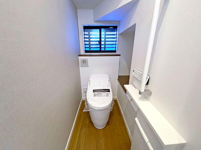 トイレ<br> 足腰が悪い方でも立ち座りが大変な方でも安心の手すり付きです。