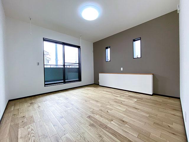 メインベッドルーム<br> ダブルベッドを置いても余裕のある9帖のメインベッドルーム。カウンターにはスマホなどを置くことができます。室内物干し付きです!