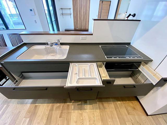 キッチン収納<br> 後ろのカップボード、右側にはパントリーがあるので食品や調味料の収納には困りません。