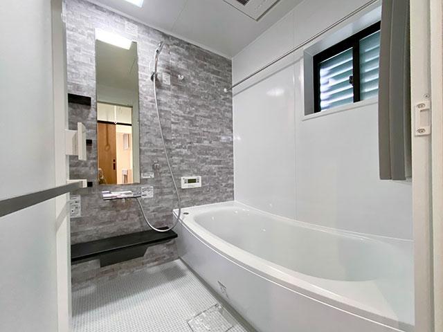 TOTOの浴室<br> 直感的に操作しやすいリングハンドルを採用。使いやすさを追求したバスルーム。 ◇浴室換気暖房乾燥機◇ほっカラリ床◇魔法びん浴槽◇スッキリドア