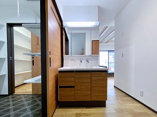 ランドリーとスタイリングエリア<br> 別々に配置しているので気兼ねなく使うことができます。スタイリングエリアは生活動線上にだすことで使いやすさを意識しました。 ランドリーには室内物干し付き!