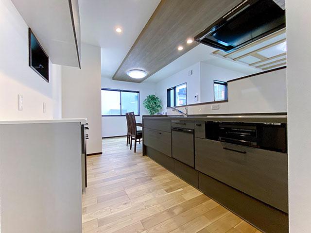 キッチン<br> キッチンを中心にL型に配置された明るいLDK。