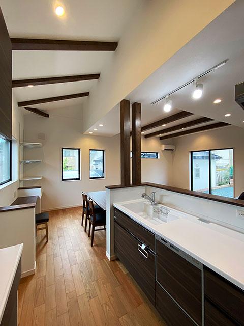 キッチン<br> 汚れが目立ちにくいブラウンの木目調のキッチンを採用しました。