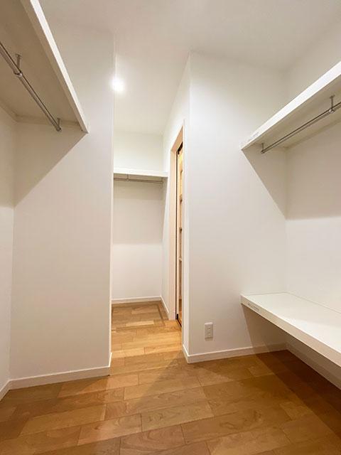 ウォークスルークローゼット<br> 様々な状況で使いやすいように、ファミリークローゼットは家の中心に設けました。