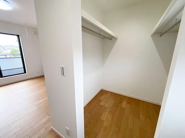 ウォークインクローゼット<br> 寝室には大型のウォークインクローゼットを配置しました。
