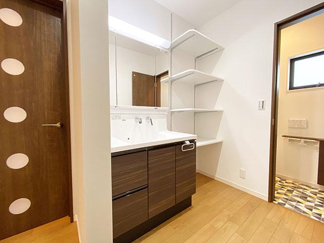 スタイリングエリア<br> 脱衣室と独立しているので家族が入浴中でも気兼ねなく使うことができます。