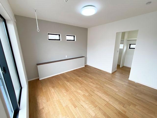 メインベッドルーム<br> グレーのアクセントクロスを採用し、オシャレで落ち着いた空間の寝室になりました。