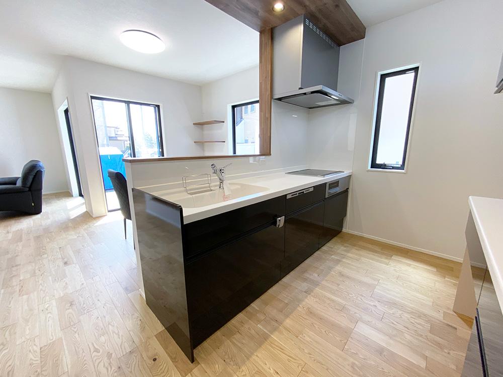 キッチン<br> ダークカラーのキッチンを採用し、お部屋全体が締まった印象になりました。