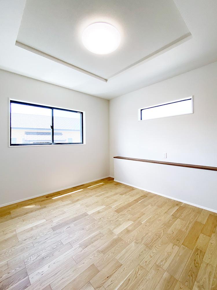 メインベッドルーム<br> ベッドヘッド側にはカウンターを設けました。スマホの充電や間接照明等を置くことが出来ます。