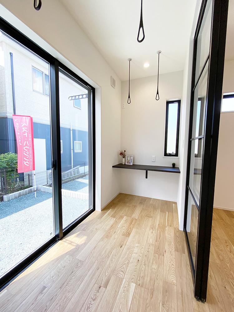 サンルーム<br> 1階には室内干しができるスペースがございます。天候を気にせずに干せるのでとても便利です♪