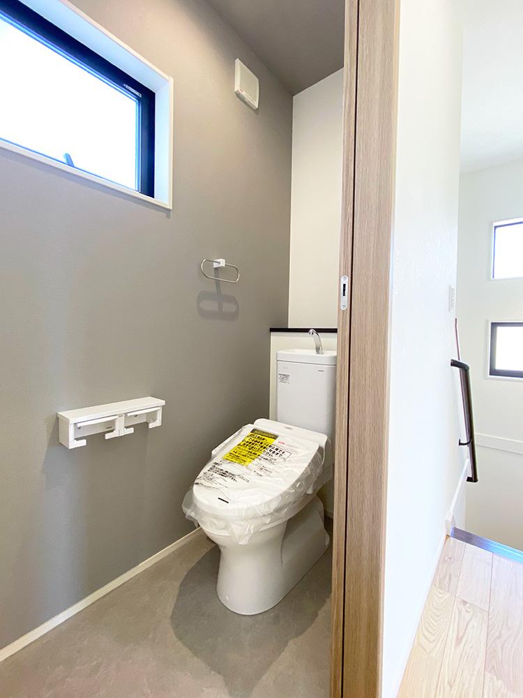 2階 トイレ<br> 2階にもトイレを配置していますので、混雑する朝に並ばずに使うことが出来ます。